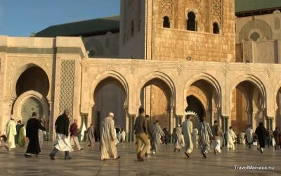 Iedereen verzameld zich op het lein van de Hassan II moskee.