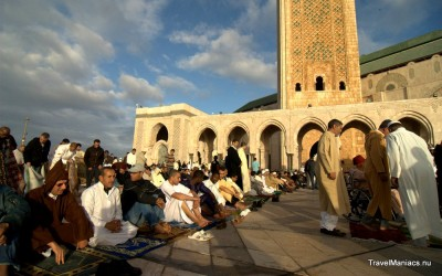 Op kleedjes bij de Hassan II moskee.