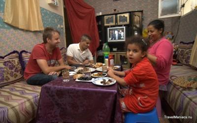 Bij onze NL-MAR vriend thuis samen eten van het vers geslachte schaap.
