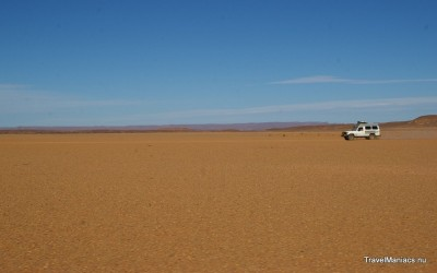 Eenzaam over de vlakte van de Sahara