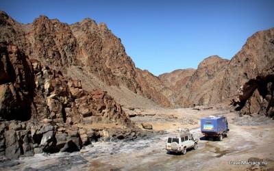 Onze weg vinden via drooggevallen rivierbeddingen