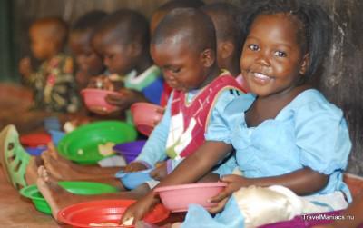 De kinderen in de klas aan het eten.