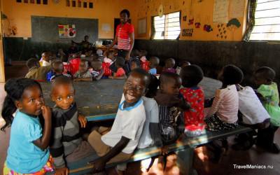 De kinderen krijgen les bij Floja.