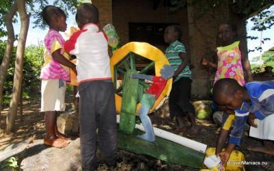 Jeroen heeft voor de kinderen een waterrad gemaakt.