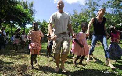 Floor en Jan van Stichting Floja actief met de kinderen.