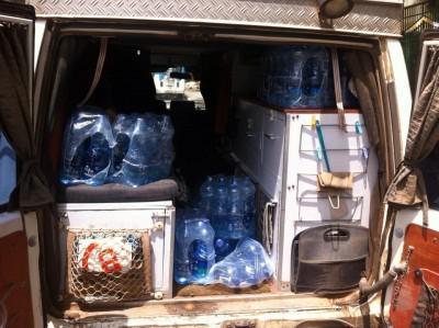 Ethiopië; auto gevuld voor Erte Ale
